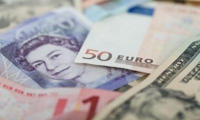 Euro scade. Dolarul american, cea mai mică valoare din ultimele 2 luni