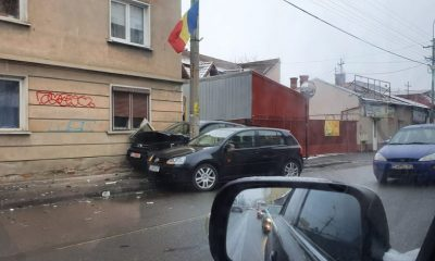 Accident cu două mașini pe București. Cea mare s-a făcut acordeon între un stâlp și o casă