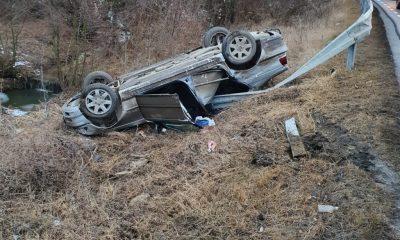 Accident cu răniți în Feleacu. O mașină a rupt parapetul și s-a răsturnat în șanț