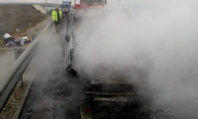 Foc pe autostradă! O mașină s-a făcut scrum lângă Turda