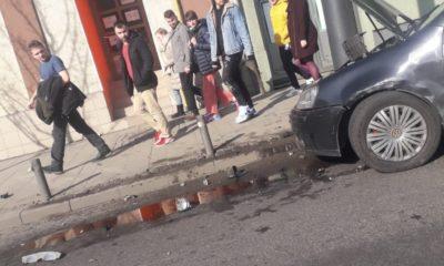 La un pas de o tragedie, pe Moților. O mașină a fost aruncată pe trotuar, dar s-a oprit într-un stâlp