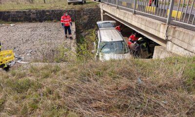 Maşină căzută de pe un pod. Doi răniţi