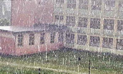 Grindina a lovit Clujul. Gheață cât bobul de mazăre, acoperișuri smulse