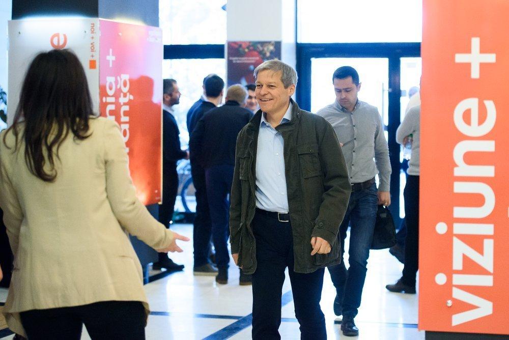 Fostul premier Cioloș, debarcat de TAROM la București, pe ruta Bruxelles – Cluj