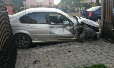 Mașină înfiptă într-o poartă, pe o stradă din Cluj. Șoferul și pasagerul au dispărut
