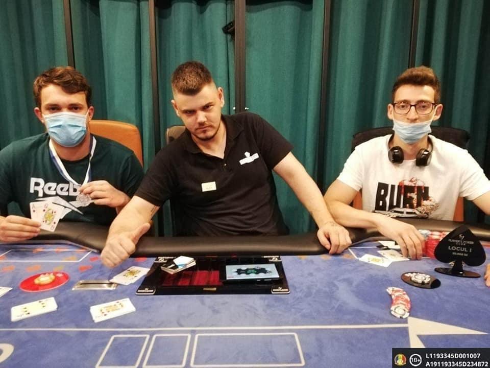 """Poker la Cluj pe """"sistem COVID"""". Cu masca sub bărbie sau lipsind cu desăvârşire şi distanţare zero"""