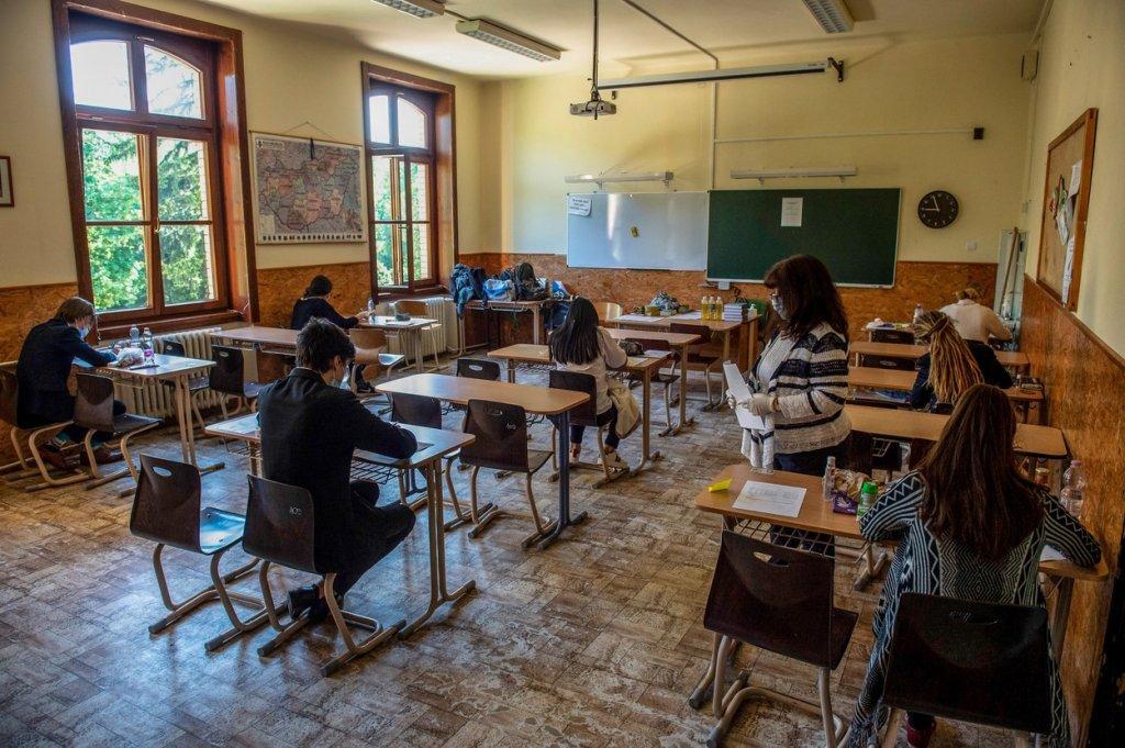 Autorităţile se încurcă în calcule când e vorba de scenariile privind redeschiderea şcolilor. Preşedintele îşi cere public scuze