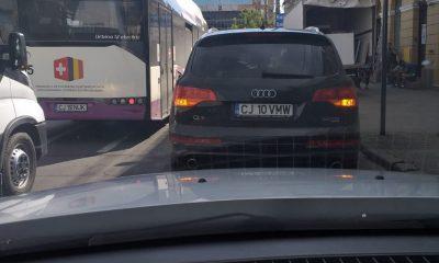 """RUPE-ŢI PERMISUL. Maşină fără şofer """"abandonată"""" pe banda de circulaţie"""