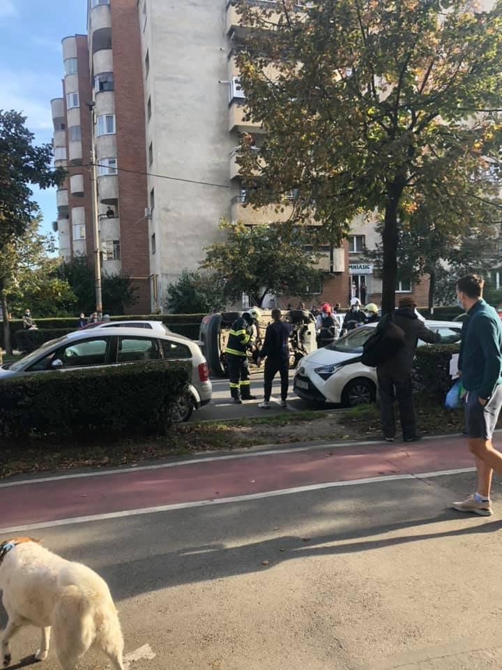 Accident cu trei mașini pe Dorobanților. Una s-a dat peste cap