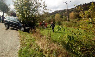Accident pe un drum din Cluj. O mașină s-a izbit de un copac