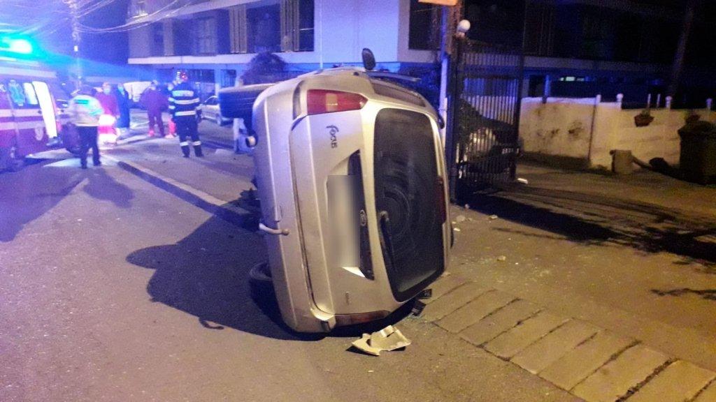 Mașină răsturnată pe strada Maramureșului. Șoferul și-a abandonat autoturismul