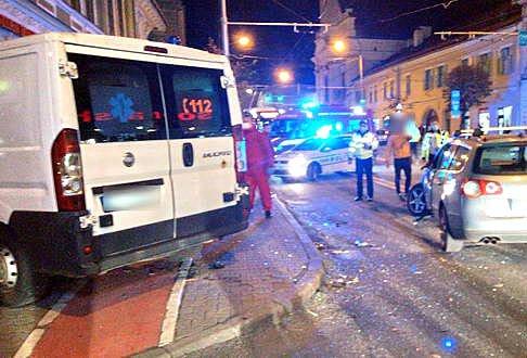 O ambulanță care transporta sânge în Cluj-Napoca, implicată într-un accident. A fost proiectată într-un magazin