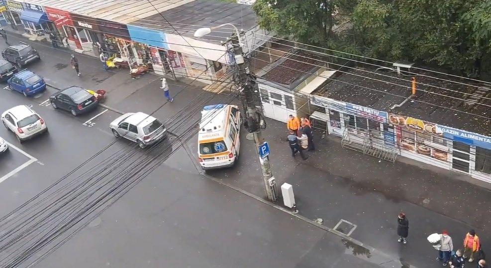 O femeie a fost băgată cu forța în ambulanță de către polițiști la Cluj. Explicația autorităților