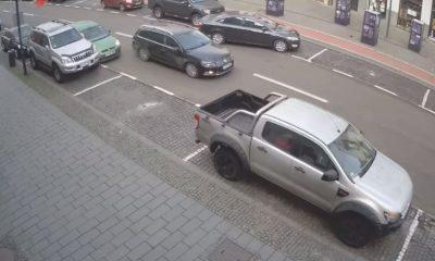 Laș sau nesimțit? A lovit o mașină și a fugit - VIDEO