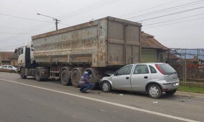 Accident cu răniți în Luncani. O mașină a intrat într-un camion