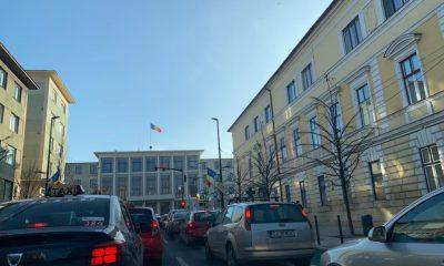 Noua configuraţie a Pieţei Lucian Blaga dă traficul peste cap. Şoferii stau zeci de minute în coloană