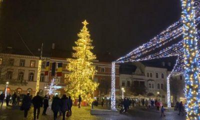 S-au aprins luminile de sărbători la Cluj-Napoca. Boc nu a renunțat la momentul cu butonul din Piața Unirii