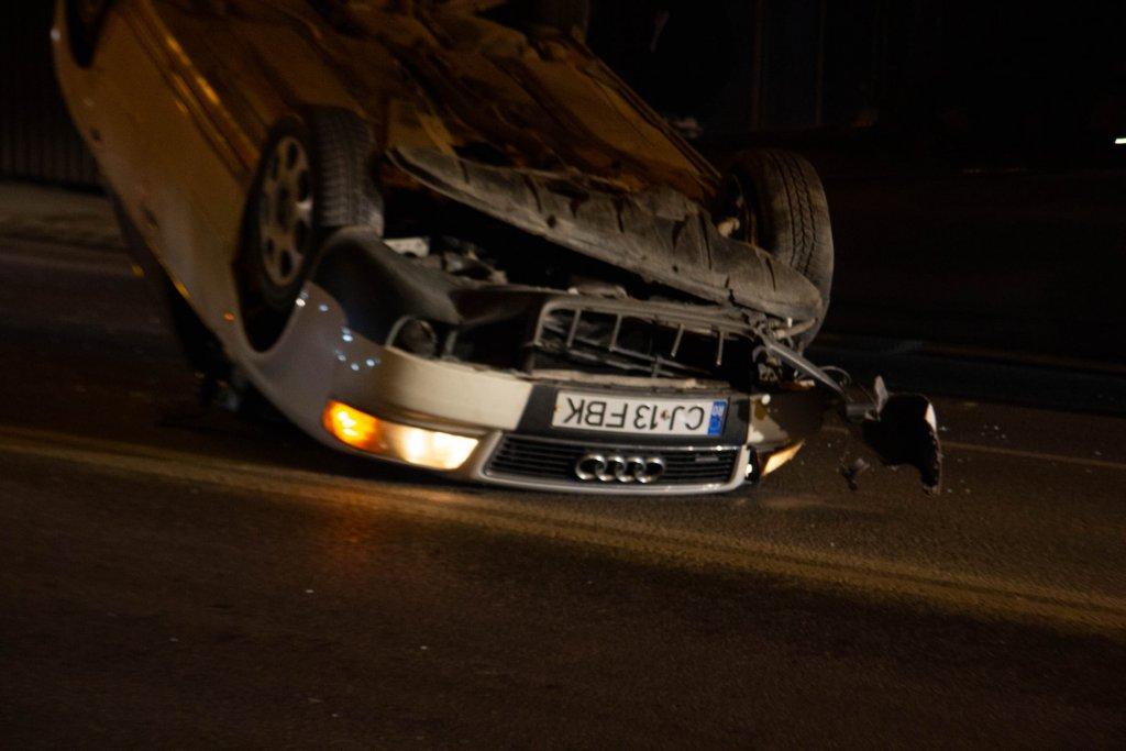 Cascadorie periculoasă lângă Iulius Mall! O mașină s-a răsturnat cu roțile în sus
