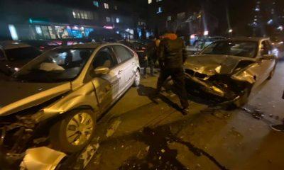"""Ciocnire violentă pe Calea Baciului. Două mașini, făcute """"acordeon"""""""
