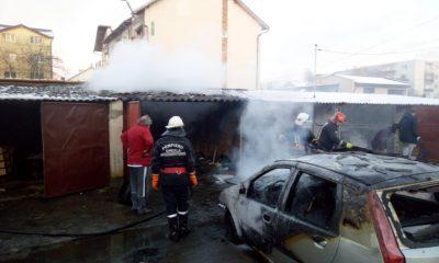 La un pas de tragedie. Incendiu la o maşină, parcată într-o zonă de garaje de cartier