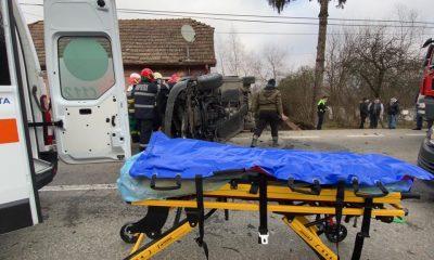 Mașină răsturnată pe un drum din Cluj. O femeie a rămas încarcerată