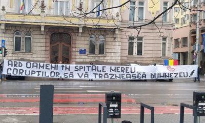 """Protest al suporterilor """"U"""" Cluj în fața Prefecturii: """"Corupților, să vă trăznească Dumnezeu"""""""