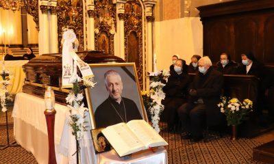 Sute de credincioși s-au rugat astăzi, cu lacrimi în ochi,  la catafalcul episcopului Florentin Crihălmeanu