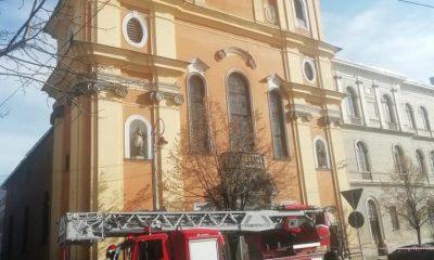 Tencuială căzută pe mașininile dintr-o parcare din Cluj-Napoca