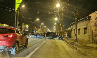 Accident violent pe o stradă din Cluj. Zidul unei case, spart și două mașini făcute zob
