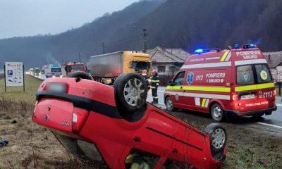Cascadorie PERICULOASĂ  pe o șosea din  Cluj!  Scăpată de sub control, o mașină a ajuns cu roțile în sus