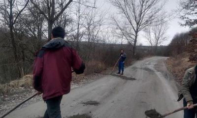 Nu au mai aşteptat după autorităţi. Trei bărbaţi au astupat gropile din satul clujean în care locuiesc