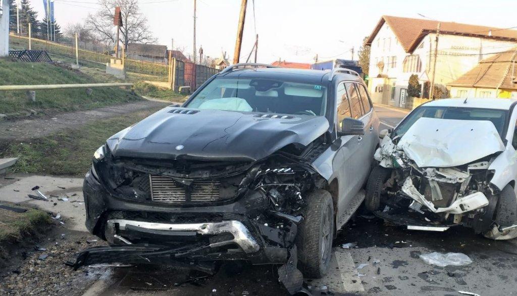 Un rănit și două mașini făcute praf, în urma unui accident în Cluj