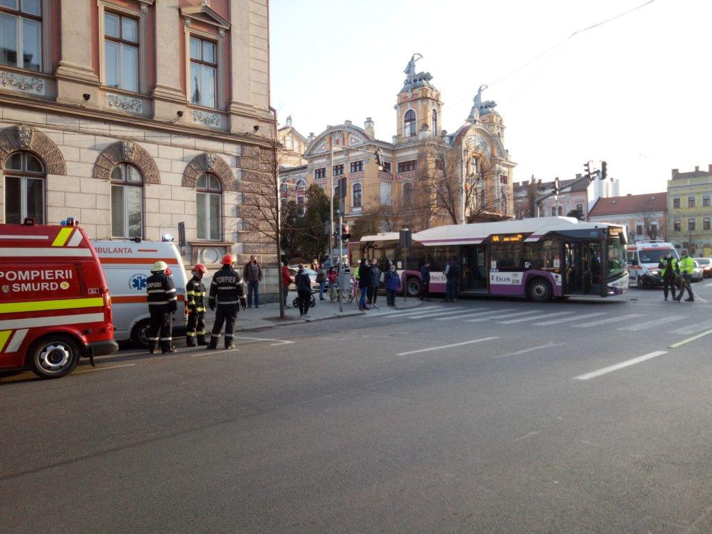 ACCIDENT cu un autobuz CTP în centrul Clujului. 6 persoane, printre care un minor de 13 ani, au ajuns la spital