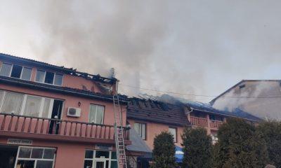 Incendiu în Cluj! O pensiune a luat foc, iar locatarii unui bloc lipt de clădirea în flăcări s-au autoevacuat