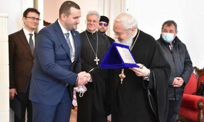 """Prefectul Clujului şi  Î.P.S Andrei fără măşti în interior: """"Aţi şters poza în care nimeni nu avea mască la eveniment! Şi mai aveţi pretenţii de la oameni"""""""