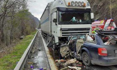 Accident cumplit între o mașină din Cluj și un TIR pe Valea Oltului. Două persoane au murit