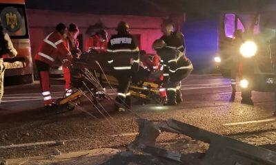 Accident grav la Cluj. A ras un stâlp cu mașina și s-a oprit în curtea unei case