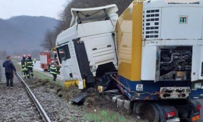 Accident la Negreni. Un TIR a ieșit de pe șosea în apropierea căii ferate
