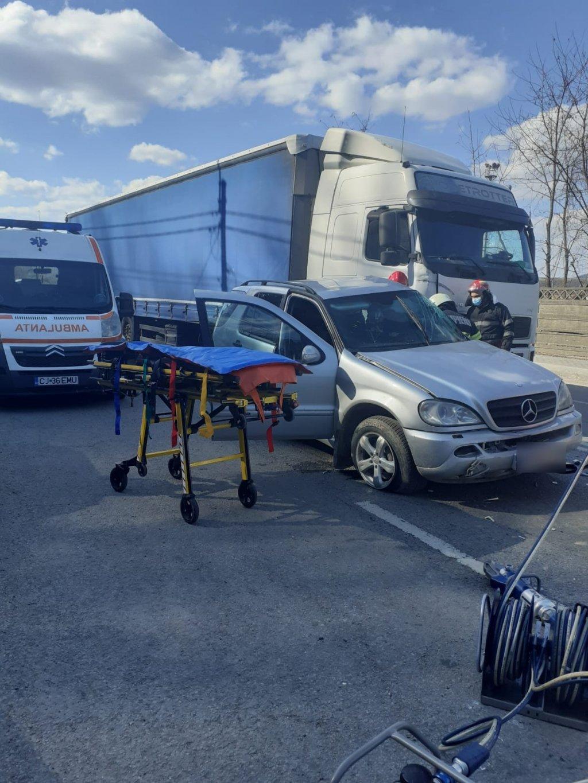 Cluj: Bărbat a rămas încarcerat după ce mașina în care se afla a fost izbită de un TIR