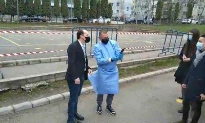 Ședință foto în curtea școlii, cu Cîțu. Premierul a luat o pauză de la întâlnirea de la Cluj și a stat la selfie-uri