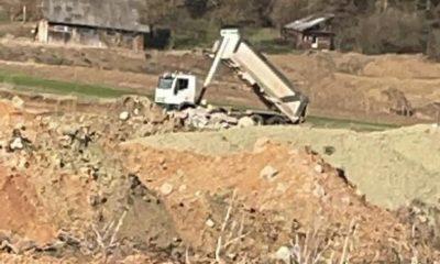 Șofer filmat când arunca deșeurile lângă malul Someșului. A fost prins de polițiștii floreșteni / Va fi confiscată mașina?