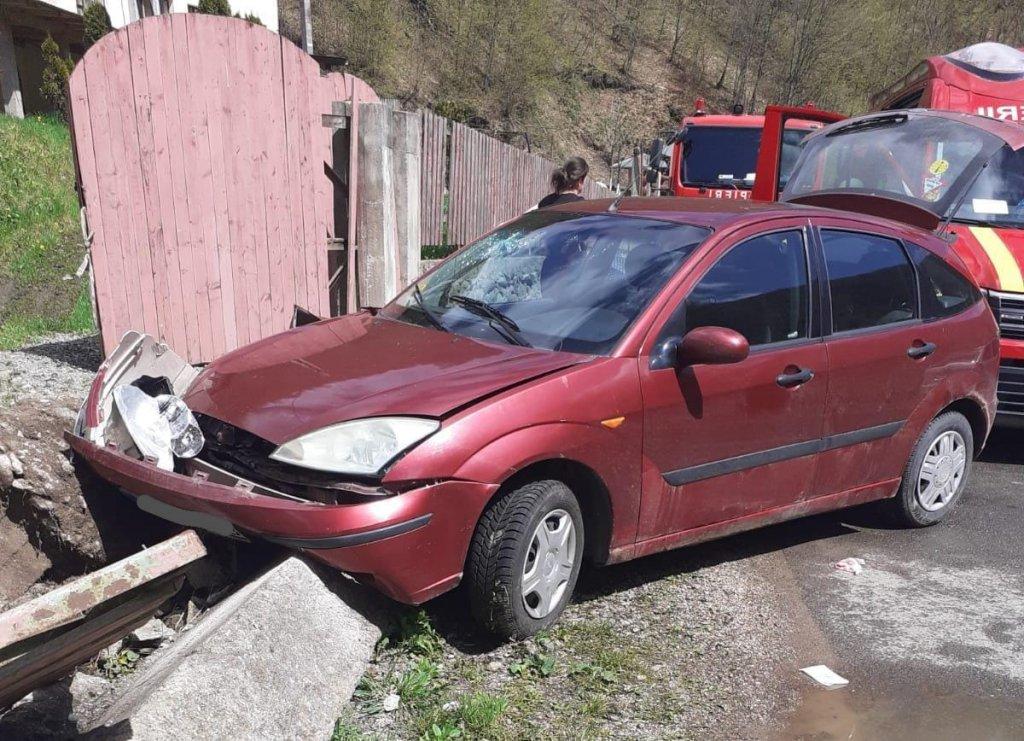 Accident cu trei răniţi, printre care şi un copilaş de trei ani. Maşina a rupt un gard şi s-a oprit într-un stâlp de beton
