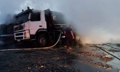 Două autocamioane s-au făcut scrum într-o parcare din Cluj. De la ce a pornit incendiul