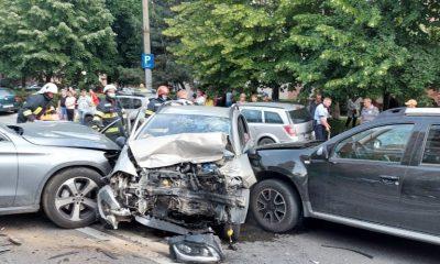 Accident cu trei mașini pe Aurel Vlaicu. O tânără de 20 de ani a rămas încarcerată