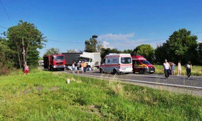 Accident cu trei morți lângă Huedin. O mașină a intrat într-un TIR
