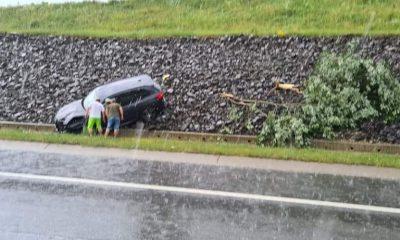 O mașină a zburat de pe drum pe Autostrada Transilvania