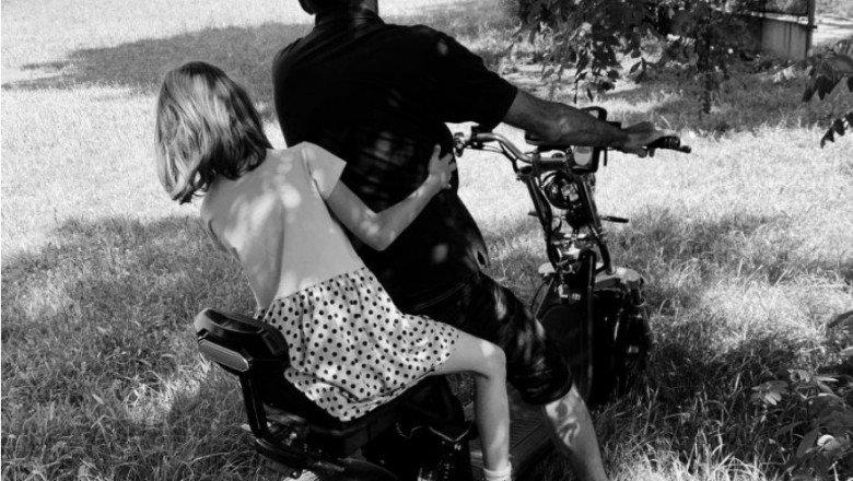 IMAGINI cu pedofilul care agresa în plină zi o fetiță în parcul de la Expo Transilvania din Cluj-Napoca. Clujenii au rămas indiferenţi