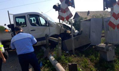 Mașină lovită de tren în Cluj. Două persoane transportate la spital
