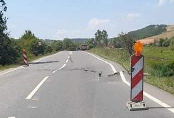 S-a rupt drumul în două la ieşirea din Topa-Mică spre Cluj