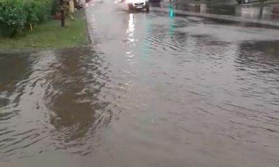 Veneția de Cluj. Străzile din oraș, din nou sub ape după furtună/ Acoperișiri smulse și un stâlp prăbușit